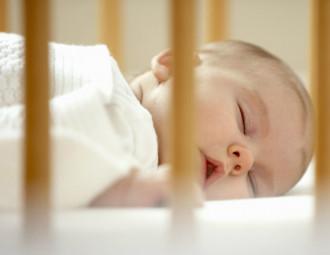 bebe-dormindo-sozinho-no-berco.jpg