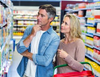 casal-pensativo-escolhendo-um-produto-no-supermercado_13339-275147.jpg