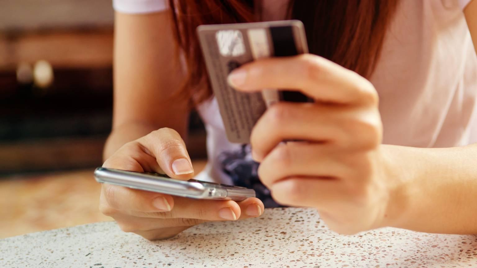 Resultado de imagem para compras pelo celular