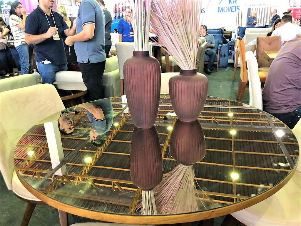 Tendência das mesas redondas com vidros espelhados na cor bronze, off white e cappuccino – Mesa Rondomóveis (Flávio Fusco)